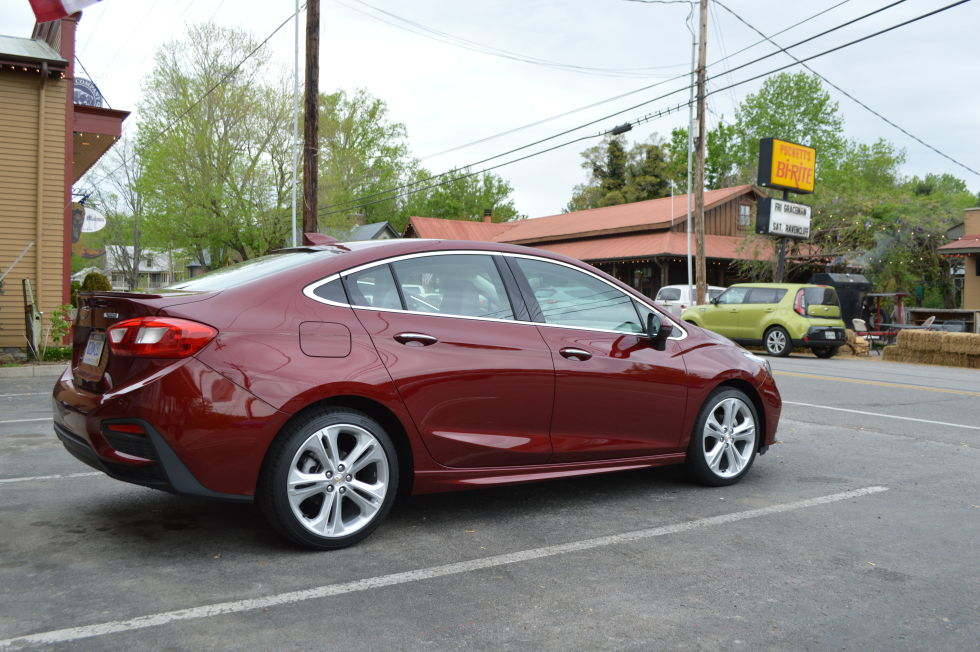 Chevrolet's 2016 Cruze sells what young people value most: Lots of mpg, free GBs